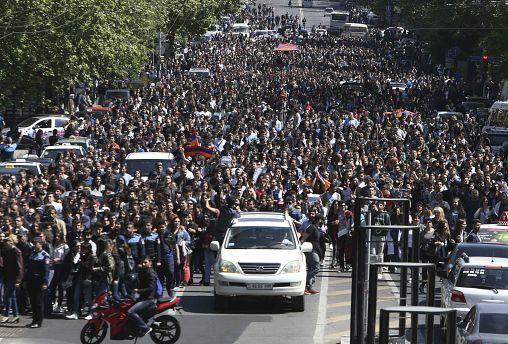 Ermenistan Başbakanı Serj Sarkisyan baskılara dayanamadı