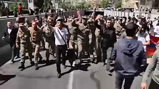 Tízezrek ünnepelték az örmény miniszterelnök lemondását