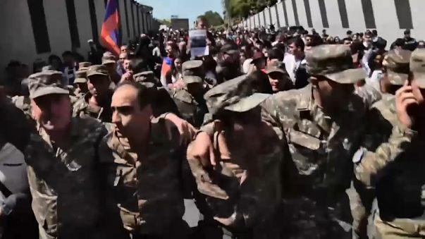 Armenia, perché la folla sta festeggiando le dimissioni del premier Sargsyan