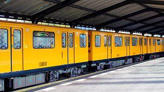 Schock in Berlin: Oralsex in der S-Bahn - 18-Jährige greift ein und wird attackiert