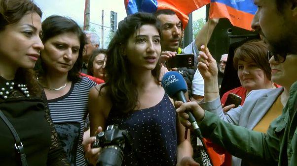 Armenier feiern vor Euronews in Lyon