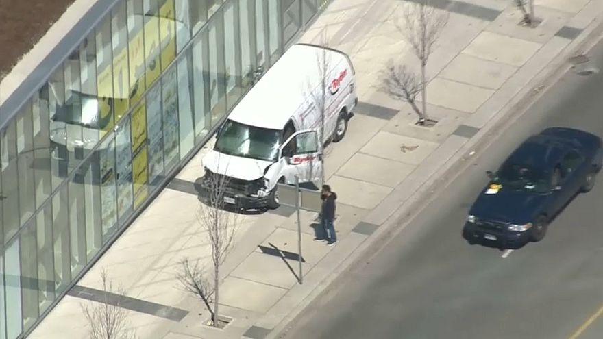 صورة الشاحنة التي دهشت عددا من المارة في تورنتو بكندا