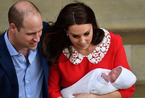 7 horas después de dar a luz, Kate sale del hospital con su tercer hijo en brazos