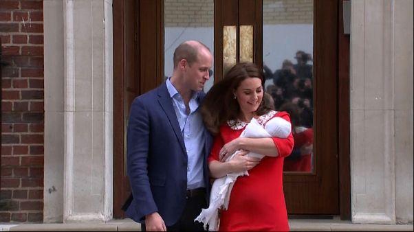 العائلة الملكية تكشف عن الصور الأولى للمولود الجديد