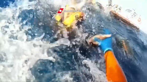 Migranti: salvataggio in alto mare