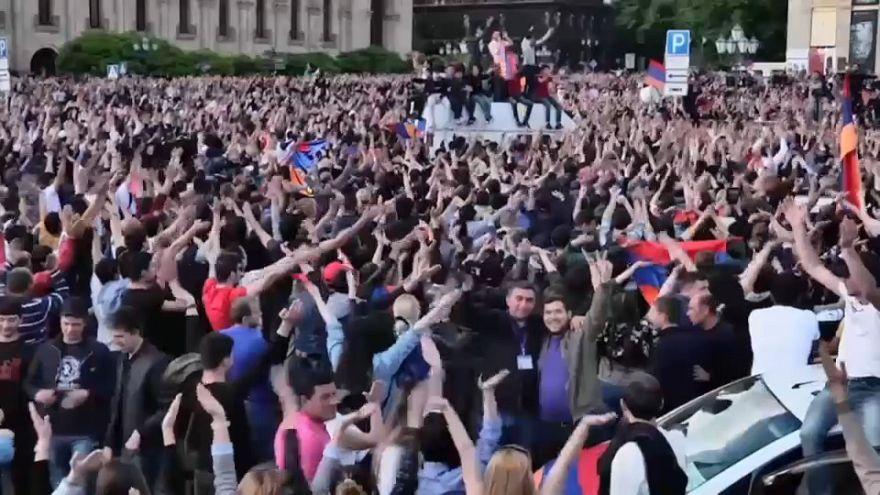 Euforia en Ereván tras la dimisión del primer ministro