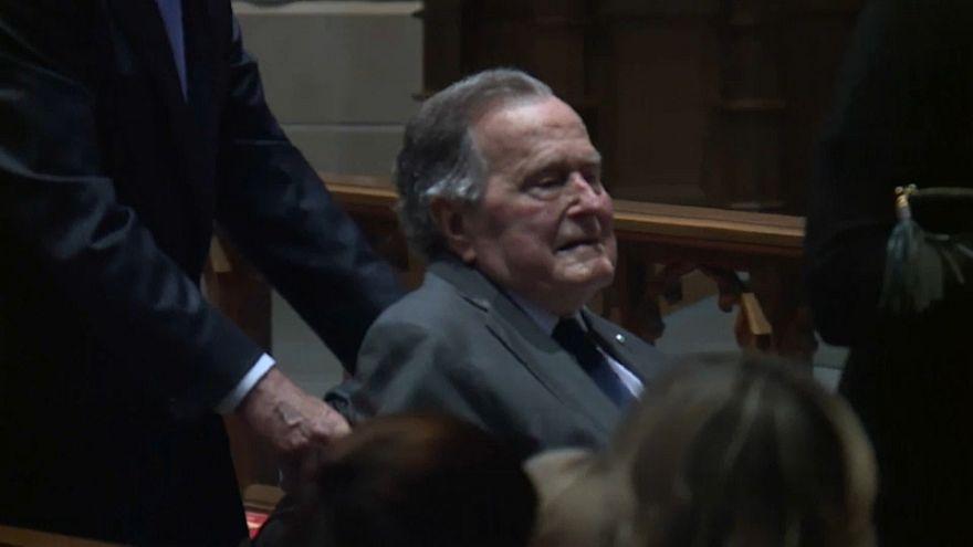 Bush sigue hospitalizado