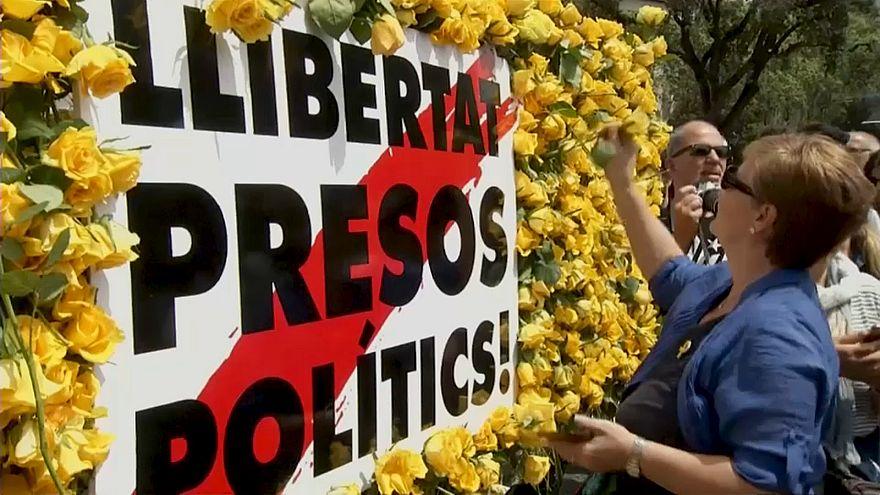 """Catalogne : les """"prisonniers politiques"""" à l'honneur lors de la Sant Jordi"""