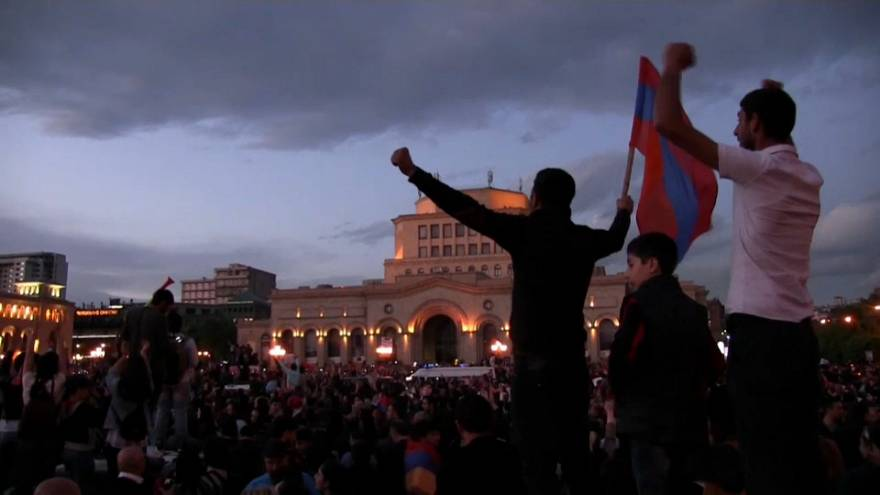 Demissão de Serge Sarkissian anima arménios