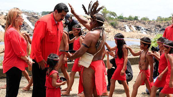 Мадуро получает благословение у шамана