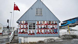 Ein Haus in Grönland mit Wahlplakaten