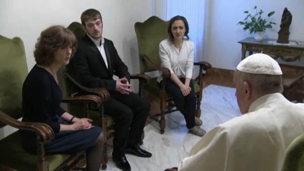 A pápa is felfigyelt Alfie szüleinek mély fájdalmára