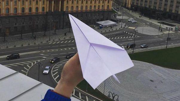 Sanfter Protest: Papierflieger gegen Telegram-Sperre