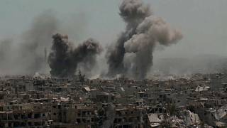 Rauchsäulen steigen über beschossenen Gebäuden südlich von Damaskus auf