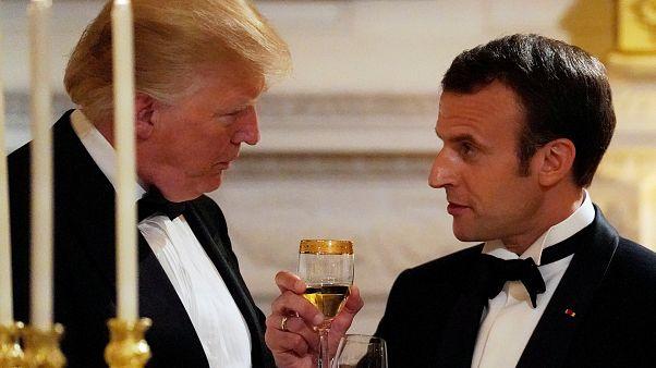 Donald Trump und Emmanuel Macron in Smoking beim Zuprosten