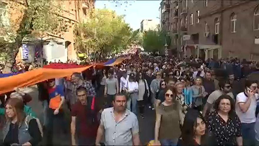 Örményország: Folytatódnak az ellenzéki tüntetések
