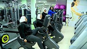 شاهد: سعوديات يتدربن على رفع الأثقال في صالة رياضية نسائية في الدمام