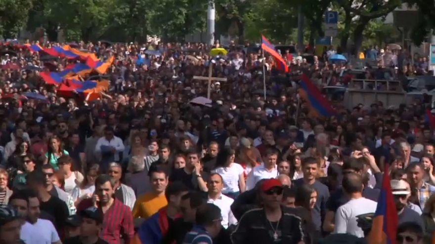 Paşinyan Ermenileri bir kez daha sokağa inmeye çağırdı