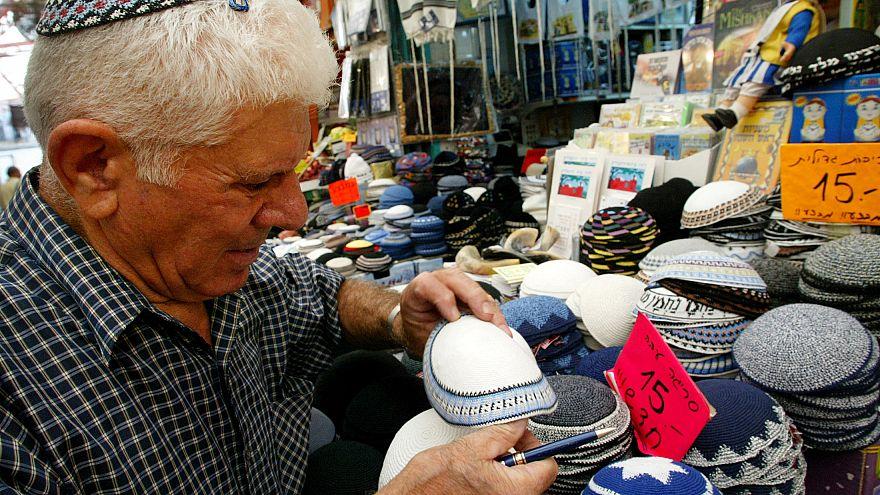 مسلمو ألمانيا يلبسون القلنسوة تضامنا مع اليهود ضد معاداة السامية