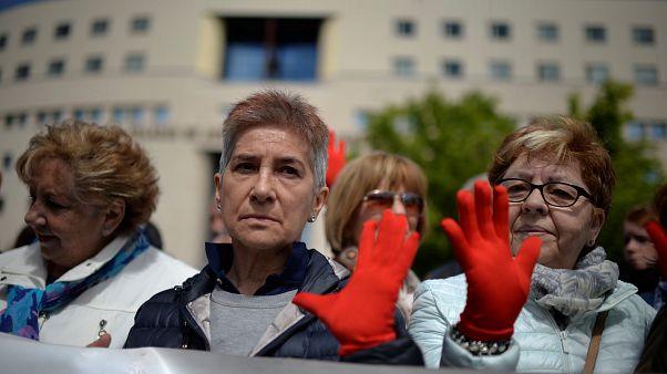 Stupro di gruppo: branco condannato a 9 anni, polemiche in Spagna