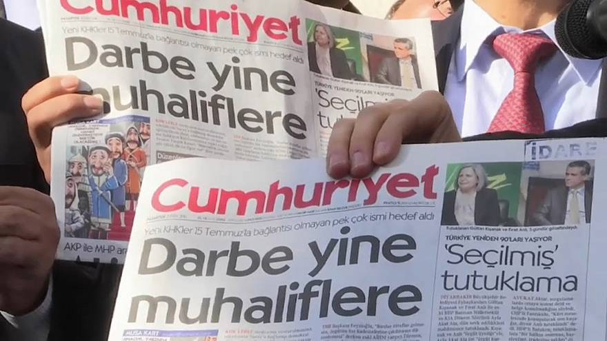 Tribunal turco condena jornalistas da oposição
