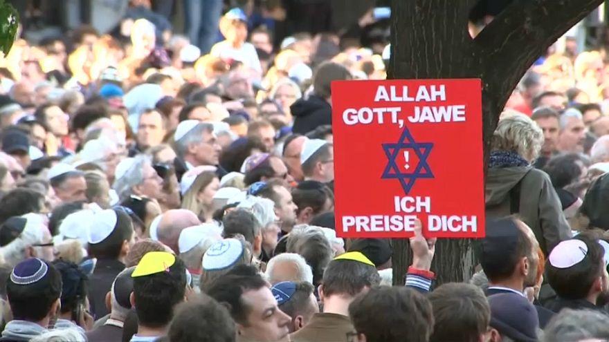 «Είμαστε όλοι Εβραίοι» είπαν χιλιάδες διαδηλωτές σε Βερολίνο και άλλες μεγάλες πόλεις