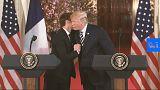 شاهد: قبلات ومصافحة وعناق بين الرئيسين الأمريكي والفرنسي