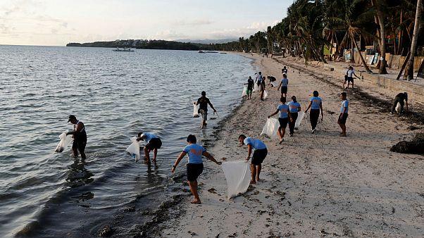 Rendőrök gyűjtik a szemetet a Boracay-sziget lezárásának első napján
