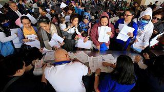 عاملات فلبينيات لدى وصولهن من الكويت إلى مطار نينوي أكينو الدولي في مانيلا