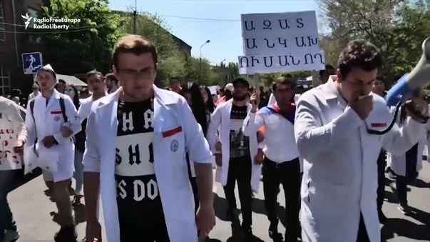 Armenia: El Parlamento elegirá el martes al nuevo primer ministro