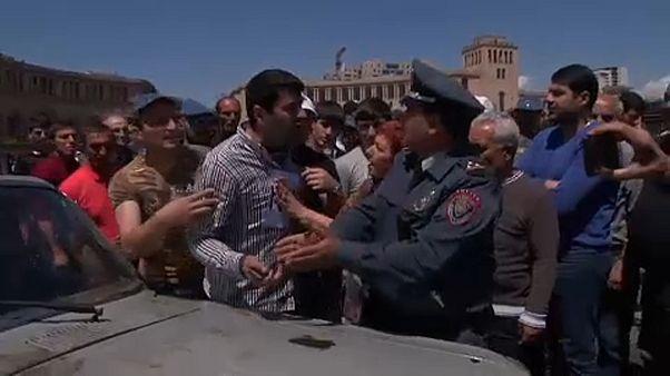 """Jereván: """"A kormány után a kormánypárt is menjen!"""""""