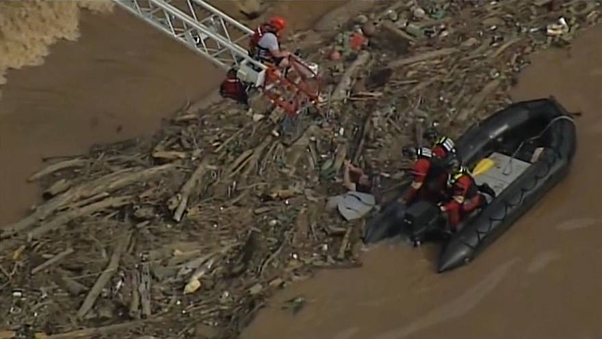 US firefighters rescue kayaker stuck in river