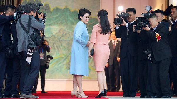 Οι τραγουδίστριες Πρώτες Κυρίες της Νοτίου και Βορείου Κορέας!