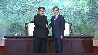 Una storica stretta di mano riunisce le due Coree