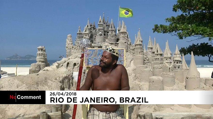 """شاهد: """"ملك برازيلي"""" ترك حياة الشقق وبنى لنفسه قلعة رملية"""