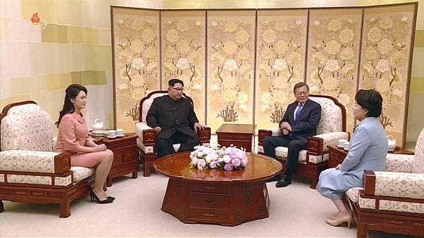 شاهد: سجادة حمراء ومأدبة طعام وتبادل للنخب في زيارة كيم جونغ أون التاريخية للجنوب