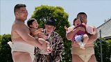 مصارعو السومو يتنافسون في إبكاء الأطفال