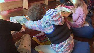 استفاده از جلیقۀ ماسهای در مدارس آلمان برای آرام کردن کودکان بیش فعال