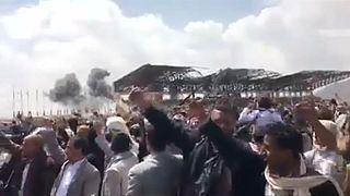 شاهد لحظة استهداف طائرات التحالف الذي تقوده السعودية لموقع بالقرب من جنازة قيادي حوثي