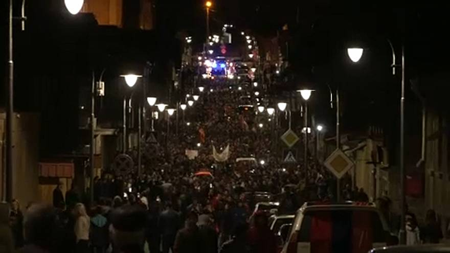 A tüntetők lendületben, a hatalom hátrál
