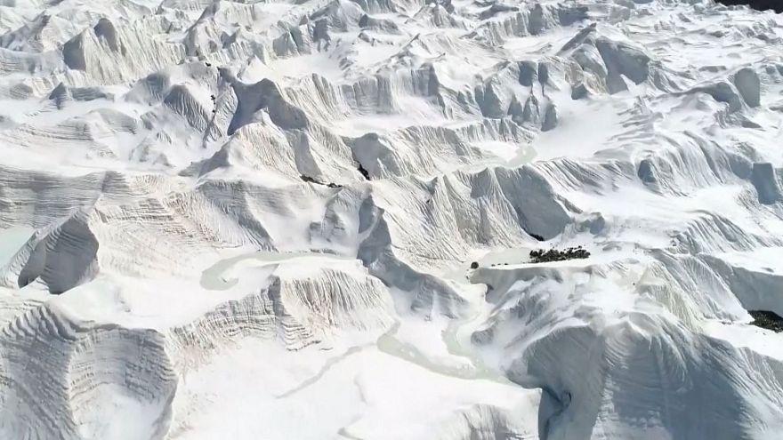 شاهد: انهيار جليدي مبكر بالأنهار المتجمدة في الصين