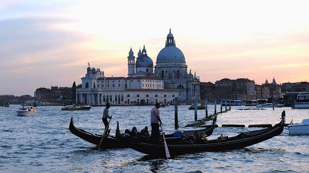 Kanallar kenti Venedik turist akınına karşı önlemler aldı