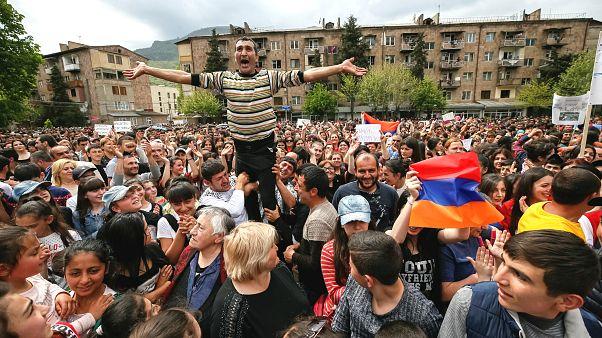 Ermenistan'da muhalifler yine sokakta