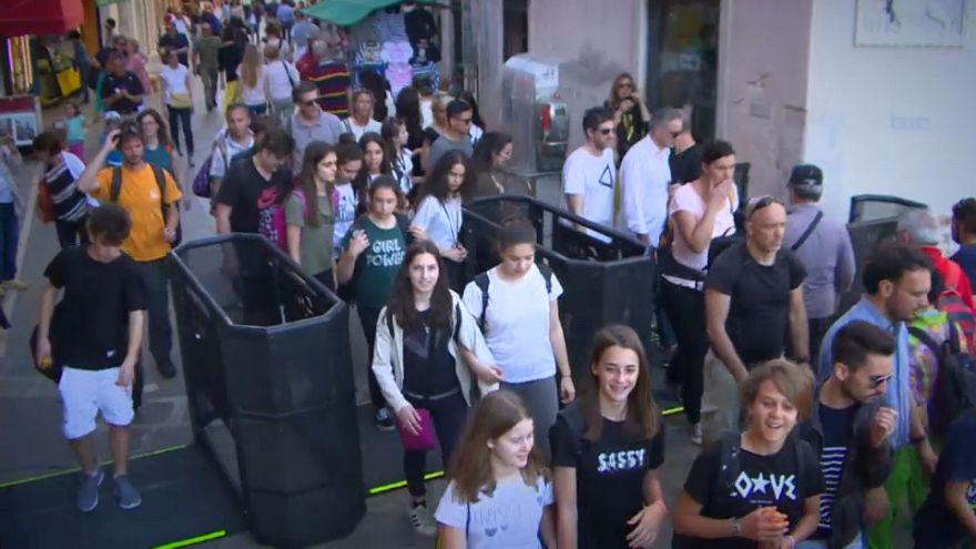 Venecia instala barreras para controlar el turismo