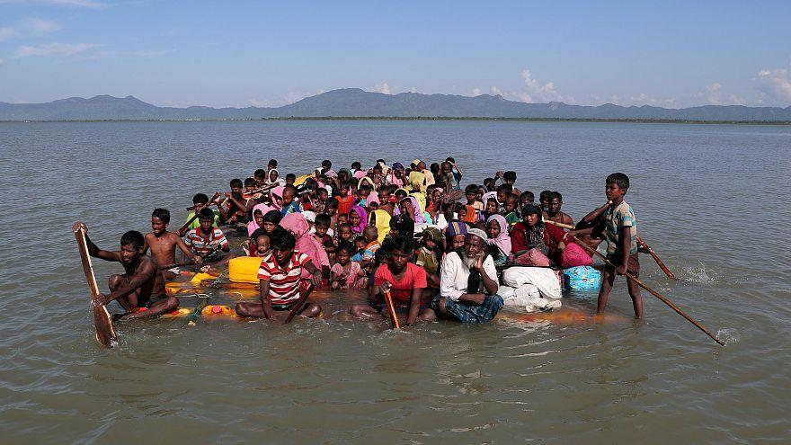 Беженцы на самодельном плоту плывут в Бангладеш