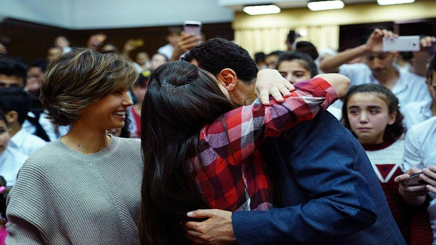 الرئيس السوري وعقيلته في زيارة لمدرسة بنات  في المزة بدمشق