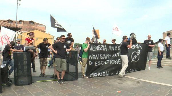 """No global rimuovono il tornello per turisti, """"Venezia non è un luna park"""""""