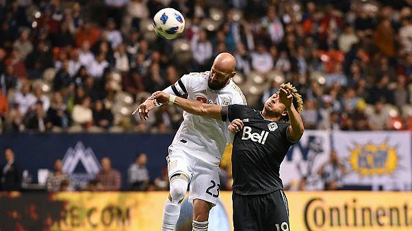 """دراسة تكشف خطرا كبيرا يتعرض له لاعبو كرة القدم بسبب """"ضربات الرأس"""""""