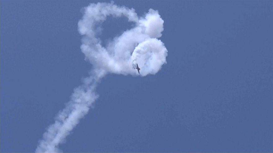 Cina: spettacolari acrobazie in volo