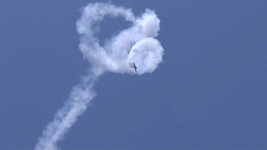 Çin'de akrobasi pilotlarından nefes kesen hava gösterisi